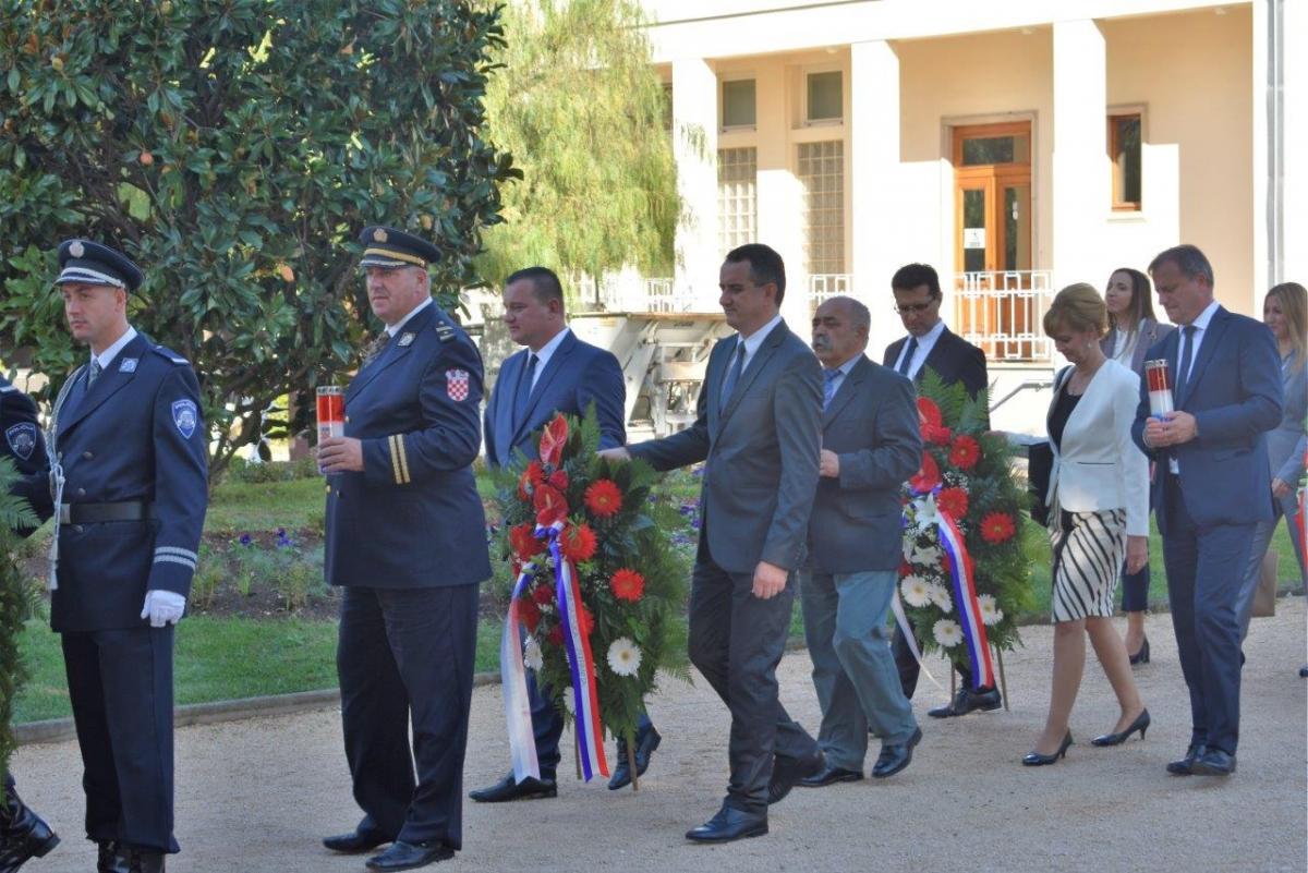 Povodom Dana neovisnosti RH položeni vijenci na Gradskom groblju